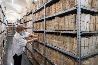 La jefa de la Unidad de Archivo Histórico y General del Banco de España, Elena Serrano, consulta uno de los legajos.