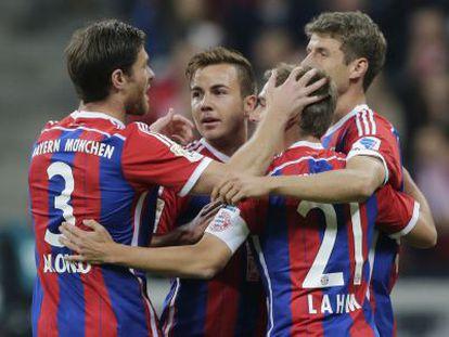 Götze celebra su gol ante el Paderborn junto a Alonso, Lahm y Muller.