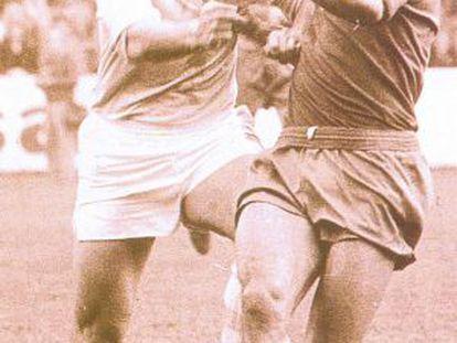 Castro (izquierda) pugna por el balón con Amancio.