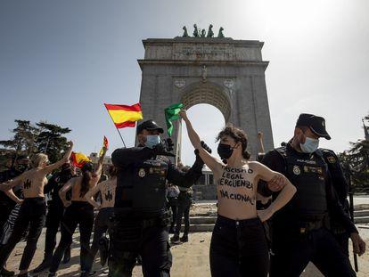 La policía detiene a una de las activistas de Femen, este domingo en el Arco de la Victoria.