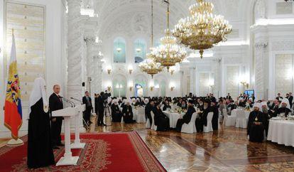 Vladímir Putin, segundo por la izquierda, este martes en la ceremonia por el aniversario de la muerte del príncipe Vladímir.