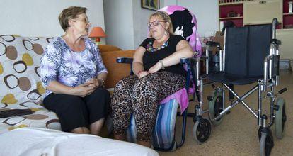 Felisa Pastor (izquierda) y su hija Pilar, en su casa del pueblo valenciano de El Puig.