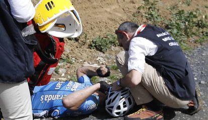Los equipos médicos atienden a Goolaerts tras sufrir una caída en la París-Roubaix.