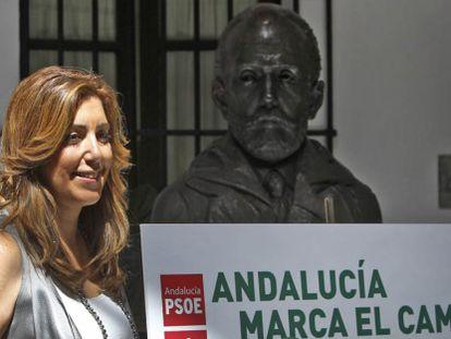 Susana Díaz, junto al cartel del congreso socialista.
