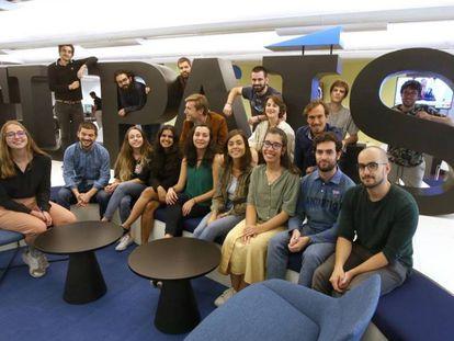 Parte de la promoción 33ª de la Escuela de Periodismo UAM-EL PAÍS, en la Redacción de Madrid, este miércoles.