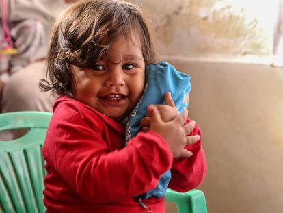 Aranza Benavente, con un año, viaja con su madre Yenny Casadiego desde el estado de Cojedes, en Venezuela, a Ecuador.