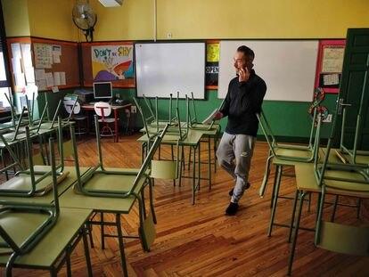 Un docente, en un aula desierta del colegio público Rufino Blanco en Madrid.