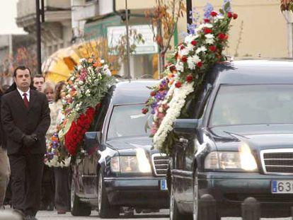 Allegados de los dos asesinados el viernes en Cambados acompañan a los coches fúnebres camino de la iglesia.