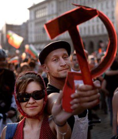 Manifestantes con la hoz y el martillo comunistas en Sofía.
