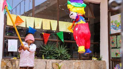 Un niño juega en un momento de descanso, apartado de la mendicidad en la calle, en 'La Casa de las Flores'.