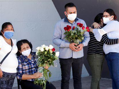 Amigos y familiares de un enfermero fallecido por covid-19, en Ciudad Juárez (México).