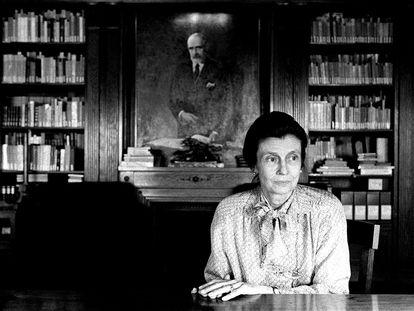 Helena Cambó en 1997, junto al retrato de su padre Francesc Cambó.