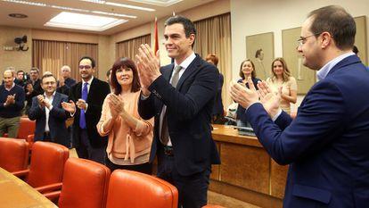 Pedro Sánchez es aplaudido por su grupo parlamentario, hoy en el Congreso.