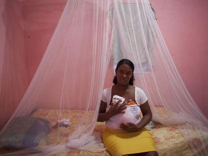 Juanita Santana, de 29 años, usa el método canguro con su hija, Esteisy.