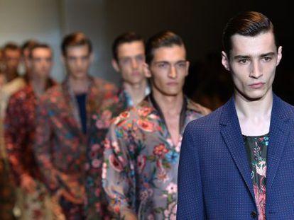 Varios modelos lucen las propuestas de Gucci para la próxima temporada primavera/verano 2014.