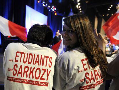 Dos estudiantes, simpatizantes de Sarkozy, durante un mitin.
