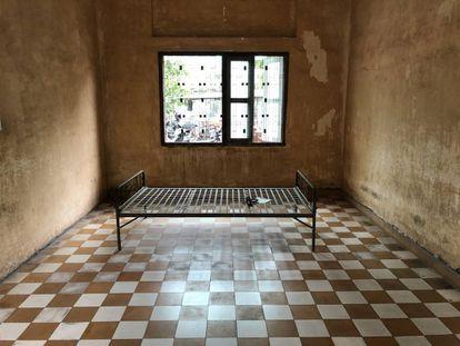 Una de las habitaciones de tortura de la prisión S-21, Toul Sleng, en Phnom Penh, Camboya