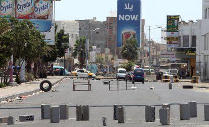 Ladrillos y obstáculos bloquean una calle de Adén.