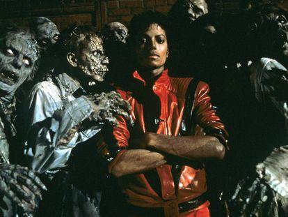 En la imagen, Michael Jackson rodeado de muertos vivientes en el videoclip de 'Thriller'.