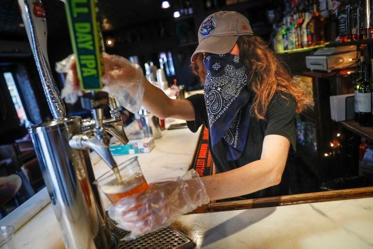 Una camarera sirve una cerveza en un bar de Nueva York, el pasado junio.