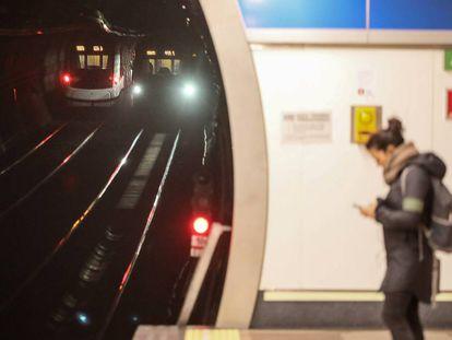 Una viajera en una estación de Metro a principios de febrero.