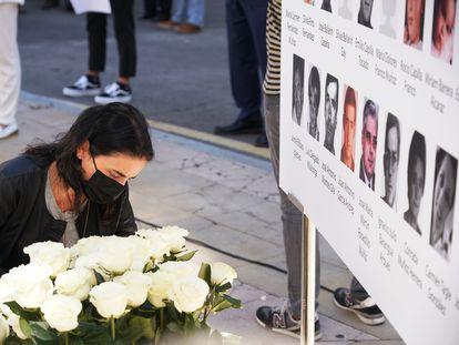 Ofrenda floral en un homenaje a las víctimas del etarra Henri Parot, en la Plaza de la Memoria de Vitoria-Gasteiz.