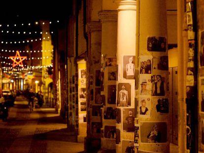 Residentes del barrio de Pratello, en Bologna (religión italiana de Emilia-Bolaña) pusieron sus retratos en las paredes y en las columnas de las calles para celebrar el 70 aniversario de la liberación del fascismo y el nazismo durante la Segunda Guerra Mundial en la Plaza Maggiore, el pasado 25 de abril de 2020.