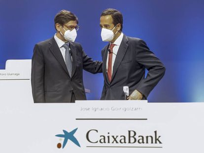 El presidente de CaixaBank, José Ignacio Goirigolzarri, a la izquierda, con el consejero delegado, Gonzalo Gortázar, en la Junta de Accionistas, este viernes en Valencia.