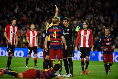 Gorka Iraizoz es expulsado tras hacerle penalti a Luis Suárez.