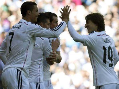 Cristiano celebra con Modric tras marcar uno de sus goles al Granada.