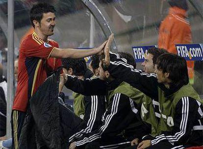 David Villa saluda a sus compañeros tras ser sustituido en el partido ante Suráfrica.