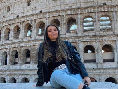 Cristina Santiago, que está de Erasmus en Milán, ante el Coliseo de Roma.