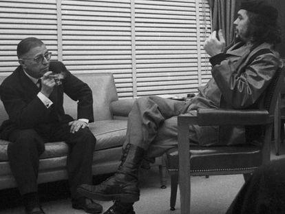El Che Guevara recibe a Jean Paul Sartre en el Banco Nacional de Cuba en 1960.