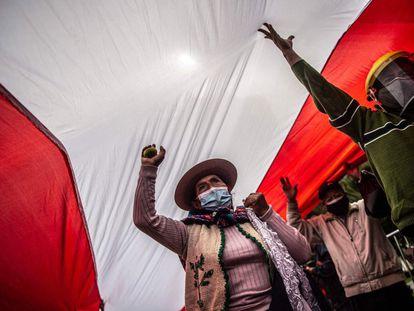 Seguidores de Pedro Castillo protestan frente al Jurado Nacional Electoral en Lima, Perú, días después de las elecciones del 6 de junio. A más de un mes de las elecciones, Castillo no ha podido ser proclamado presidente.