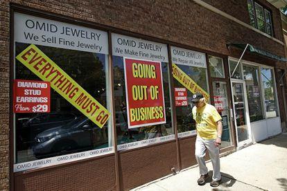 Un hombre camina junto a una tienda que echa el cierre en Winnetka (Illinois, EE UU).