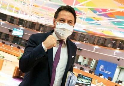 Giuseppe Conte celebra el acuerdo de la UE contra la crisis económica causada por la pandemia, este martes en la sede del Consejo Europeo, en Bruselas.