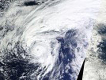 La tormenta, formada frente a las costas de África, sigue también una ruta poco habitual