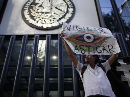 Un activista protesta contra el espionaje del Gobierno mexicano a periodistas y defensores de derechos humanos, en Ciudad de México, en junio de 2017.