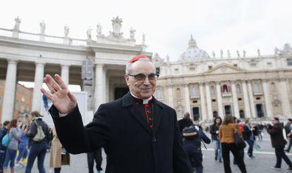 El cardenal Santos Abril, en la plaza de San Pedro el 11 de marzo.