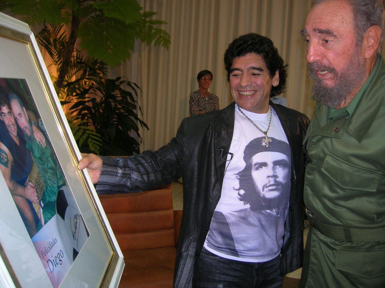 Maradona, con una camiseta del Che Guevara, junto a Castro.