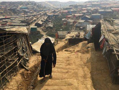 Una mujer camina en uno de los campos de refugiados de rohingyas al sur de Bangladésh, en febrero de 2018.