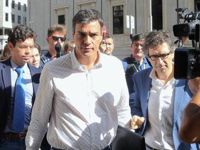 Pedro Sánchez, el viernes, a su llegada al Congreso a la reunión del Grupo Socialista.
