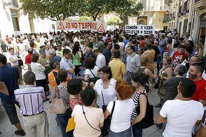 Los apóstatas se manifestaban ayer en la plaza del Arzobispado de Valencia.