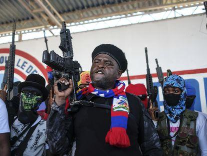 'Barbecue', el líder de la banda G9, levanta su arma tras dar un discurso en Puerto Príncipe, el 22 de octubre.
