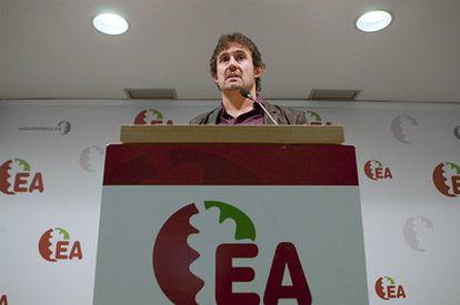 El secretario general de Eusko Alkartasuna, Pello Urizar, durante el encuentro de hoy.