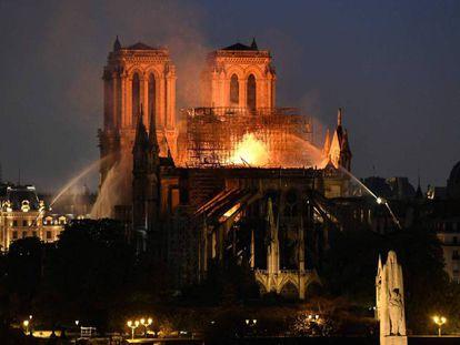 Labores de extinción del incendio que destruyó la techumbre de la catedral de Notre Dame el pasado abril.