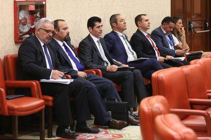 Comision de Interior en el Congreso de los Diputados. Varios miembros de asociaciones de Guardias Civiles esperan para declarar en la comision.
