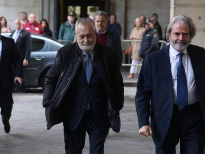 Griñán, en el centro de la imagen, a su llegada este martes a los juzgados de Sevilla. En vídeo, condenados Chaves y Griñán en el juicio por los ERE en Andalucía.