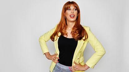 La periodista, escritora y activista Valeria Vegas está a punto de estrenar el programa de audio 'Orgullo' en Spotify.