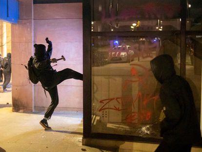 Un joven ataca un comercio durante los disturbios en Girona